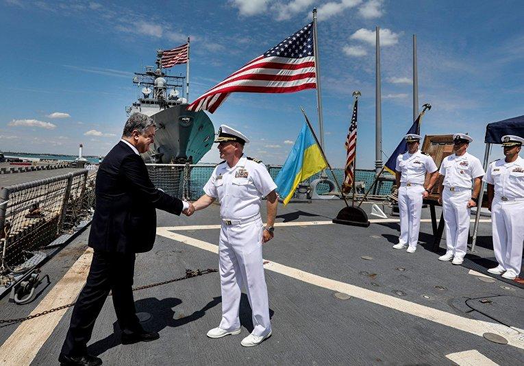 Порошенко посетил украинский фрегат и американский миноносец