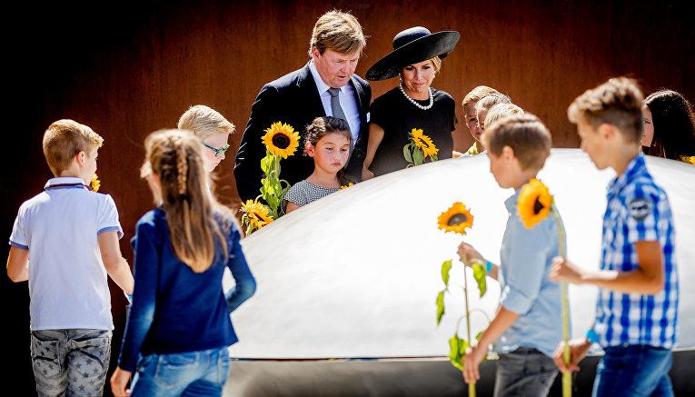 Король и королева Нидерландов присутствуют на мероприятии, посвященном открытию национального памятника памяти жертв катастрофы Малайзии в Украине в 2014 году
