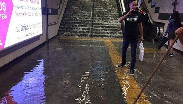 ВСтамбуле затопило метро, улицы ипервые этажи домов