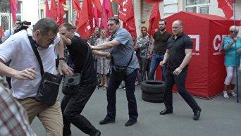 Под зданием Печерского суда Киева подрались депутаты Игорь Мосийчук и Сергей Каплин