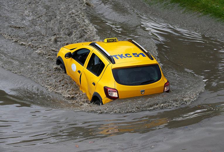 Стамбул ушел под воду: сильный ливень затопил улицы города