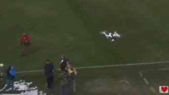 Болельщик сбил дрон на стадионе туалетной бумагой