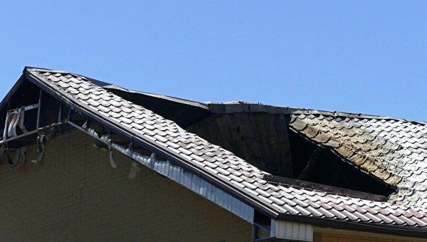 Крыша здания, поврежденная в результате обстрела, в Донецке