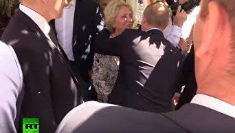 Женщина поцеловала Владимира Путина. Видео