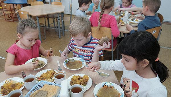 Обед детей. Архивное фото