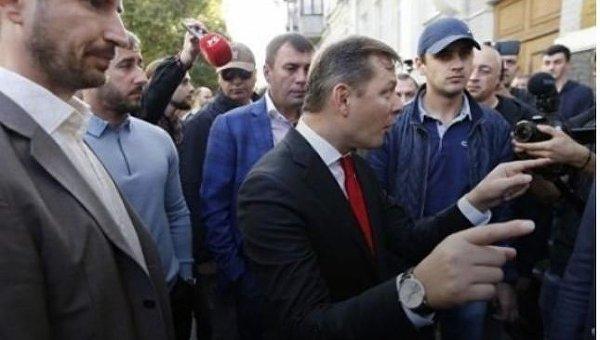 Олег Ляшко под зданием Печерского суда в Киеве