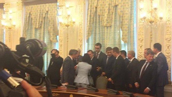 Падение чиновника на встрече Лукашенко и Порошенко