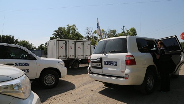 Машины ОБСЕ на блокпосту в Новоазовске
