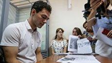Дмитрий Кияница, которого обвиняют в жестоком обращении с котом, на скамье подсудимых во время заседания Голосеевского райсуда Киева