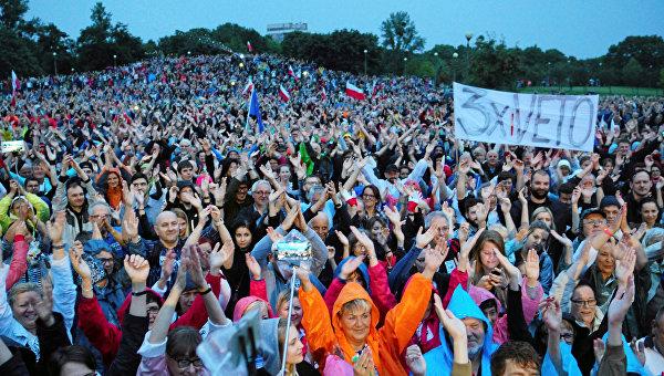Люди протестуют против судебных реформ в Познани, Польша