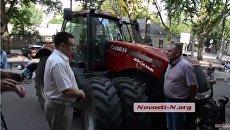 Фермеры на тракторах пикетируют налоговую в Николаеве