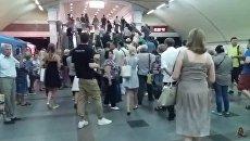 Появилось видео эвакуации пассажиров из застрявшего в тоннеле поезда в метро Киева
