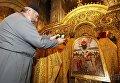 Священник фотографирует икону Пресвятой Богородицы - покровительницы украинских военных.