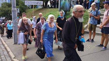 На Владимирской горке в Киеве собрались около 10 тысяч верующих