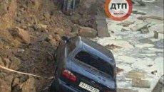 В Киеве на Борщаговке после сильного дождя в четверг произошел провал грунта