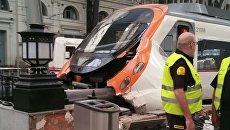 В Барселоне поезд врезался в платформу
