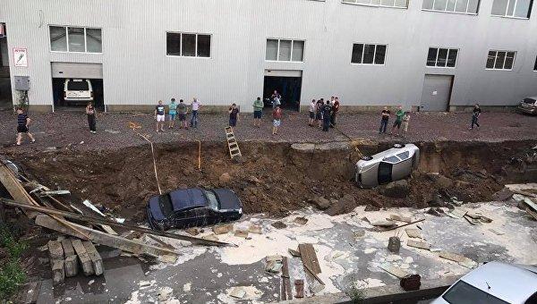 Последствия мощного ливня в Киеве: три авто провалились под асфальт