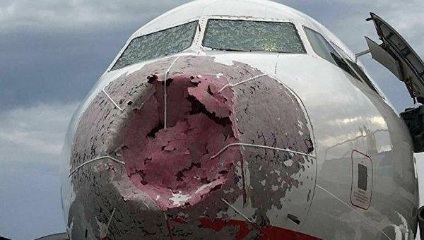 Украинские пилоты вслепую посадили побитый градом самолет