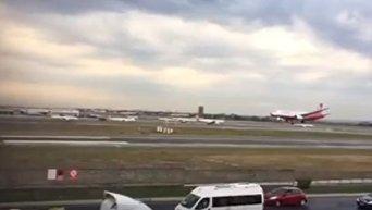 Украинский пилот в Турции посадил сломанный самолет во время бури. Видео
