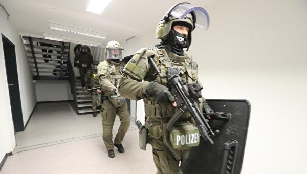 Полиция провела обыски в приюте для беженцев нападения мигранта в Гамбурге