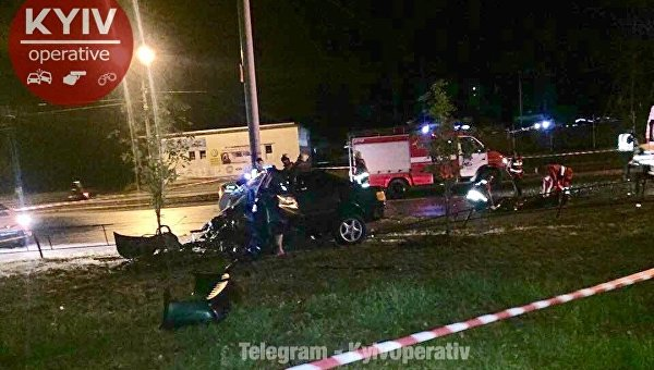 ВКиеве врезультате происшествия надороге перевернулось авто, всалоне заблокирован человек