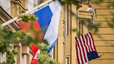 Флаг США и флаг России