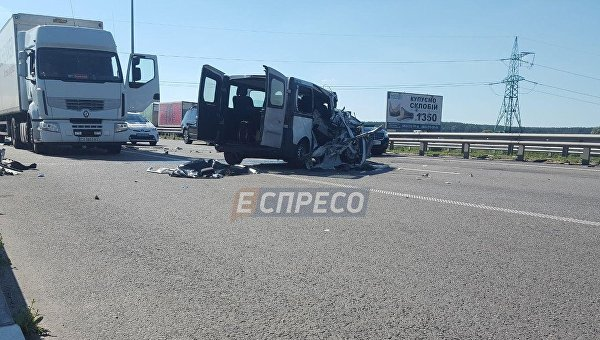 ВКиевской области микроавтобус врезался вфуру: умер один человек