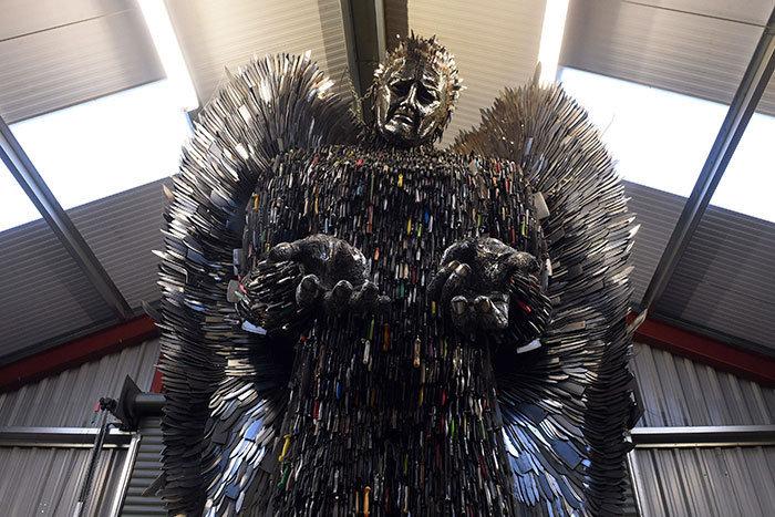 Британский скульптор создал фигуру ангела со 100 тысяч ножей