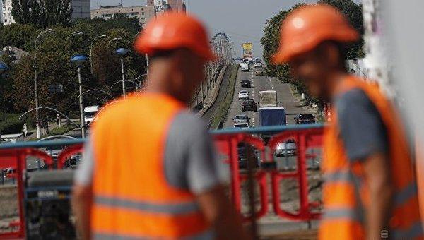 Ремонтники во время проведения работ по капитальному ремонту путепровода на проспекте Комарова и бульваре Вацлава Гавела в Киеве.