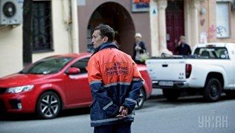 Работник КП Киевтранспарксервис на одной из парковок автомобилей в Киеве