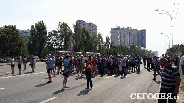 В Киеве протестующие перекрыли Харьковское шоссе