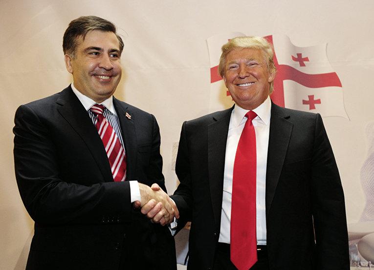 Бесстрашный Саакашвили демонстрирует Порошенко свои фото с мировой элитой