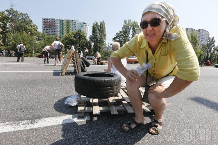 Киевляне перекрыли Харьковское шоссе из-за отсутствия электроснабжения, заблокирована работа трамваев и автобусов