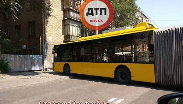ВКиеве троллейбус наскорости влетел встену жилого дома