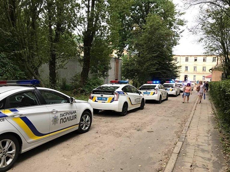 Захват заложников в психбольнице Львова. Патрульная полиция на месте ЧП
