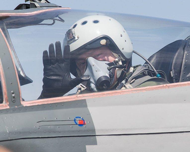 Петр Порошенко совершил полет на истребителе МИГ-29