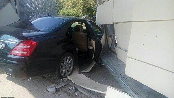 В Харькове иномарка врезалась в остановку