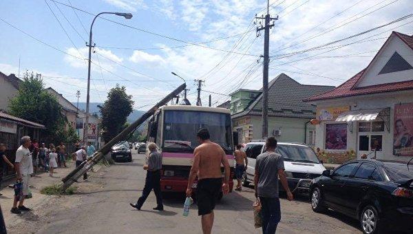 Столб рухнул на автобус в Сваляве