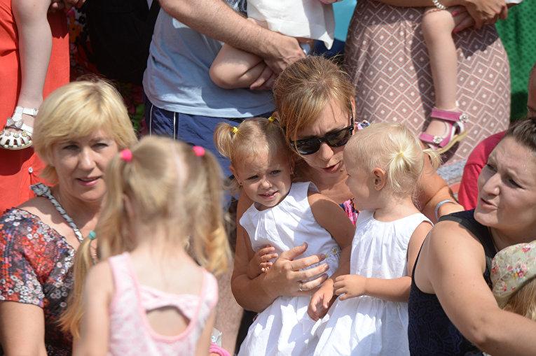 Двойное счастье: вКиеве прошел флешмоб для маленьких близнецов