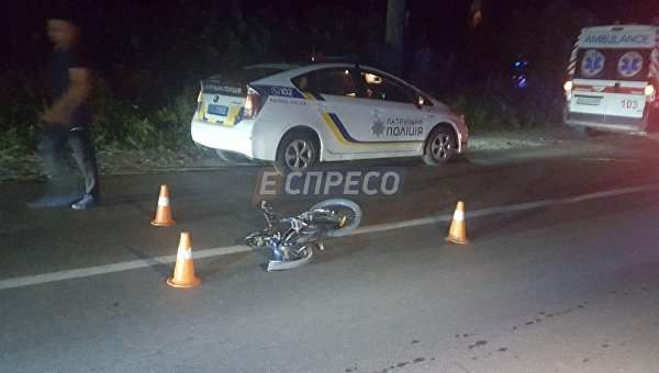 Под Киевом автомобиль врезался в детей на обочине