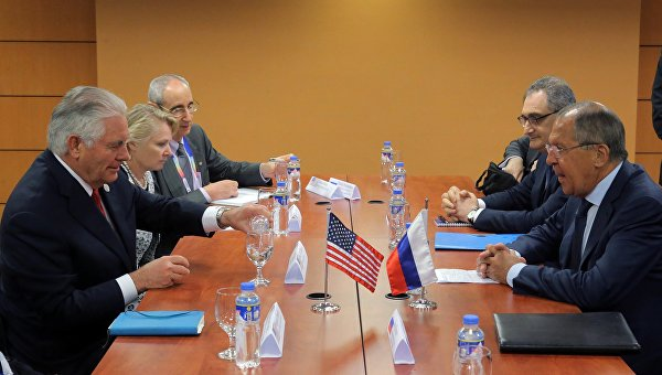 Министр иностранных дел РФ Сергей Лавров (справа) и государственный секретарь США Рекс Тиллерсон (слева) во время встречи на полях АСЕАН в Маниле