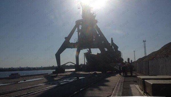 Из-за сильного ветра вниколаевском порту упало два крана