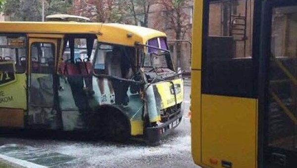 В Киеве маршрутка протаранила троллейбус