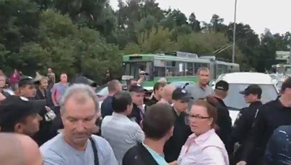 Перекрытие улицы Братиславской из-за захвата кооперативной парковки, 8 августа 2017