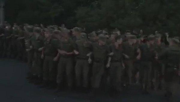 Полиция и бойцы Нацгвардии на улице Братиславской в Киеве, перекрытой недовольными жителями 8 августа 2017