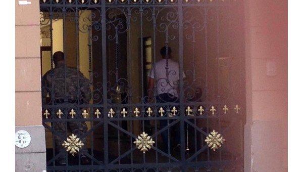 В центре Риги вооруженные люди захватили отель