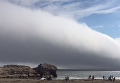 Это конец света: калифорнийский пляж накрыло гигантское туманное облако. Видео