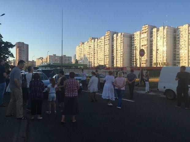 НаПозняках вКиеве активисты заблокировали дорогу из-за возведения заправки