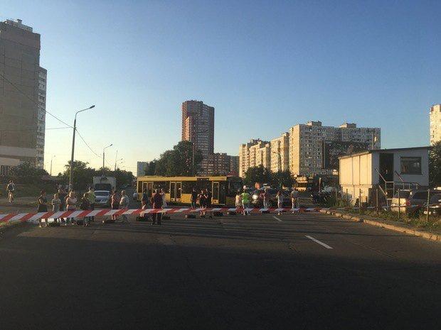 Протестующие против возведения АЗС «ОККО» перекрыли ул.Ревуцкого вКиеве