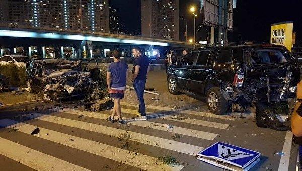 В Киеве Mazda вылетела на тротуар и парковку: разбиты 4 авто